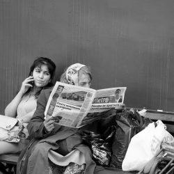 Une photo de Salah-Chouli représentant une grand'mère en train de lire un journal et une jeune-fille lisant par-dessus son épaule