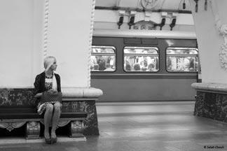 Femme attendant dans le métro moscovite, Poupée russe et Baboushka, Moscou, 2012 - Copyright Salah Chouli
