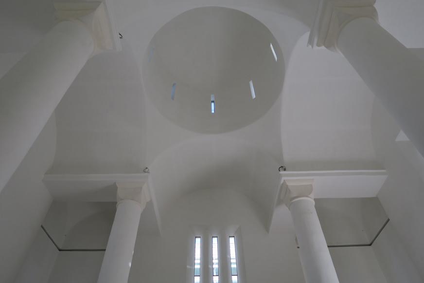 La cathédrale est de forme orthodoxe classique, en croix, avec un dôme central. Elle sera bientôt recouverte de fresques.