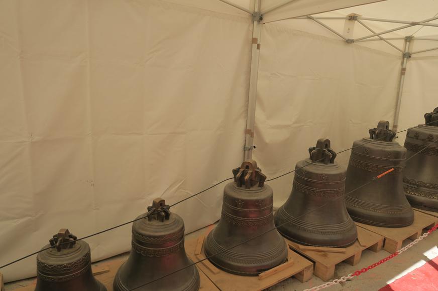 Les cloches, fondues en Russie, ont déjà été bénies mais n'avaient pas encore été montées, le jour où j'ai fait la visite.