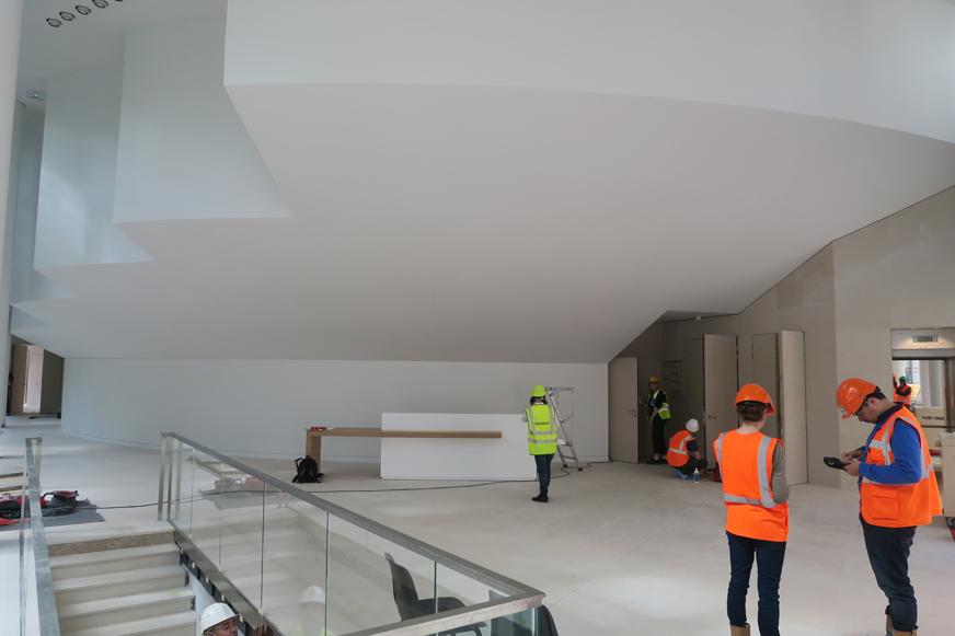 Le centre paroissial accueille aussi un auditorium. Pour créer un hall quasiment sans colonnes, les architectes ont en quelque sorte suspendu cet auditorium.