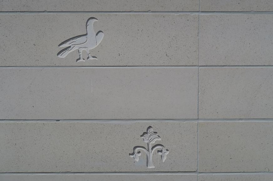 Les quatre façades de la cathédrale sont aussi ornées de petits reliefs décoratifs.